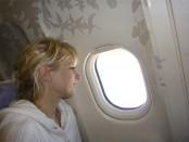 Elischeba Blick aus dem Fenster im Flugzeug