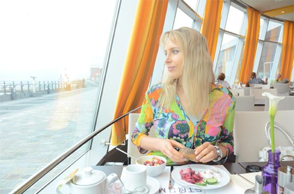 Broetchen mit Blick auf die Weser im Atlantic Hotel Sail City Elischeba