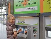 Elischeba beim Ticket kaufen