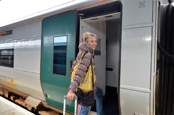 Elischeba steigt in den Zug ein