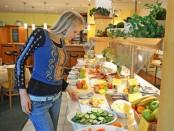 Elischeba am Frühstücksbuffet im Amber Hotel