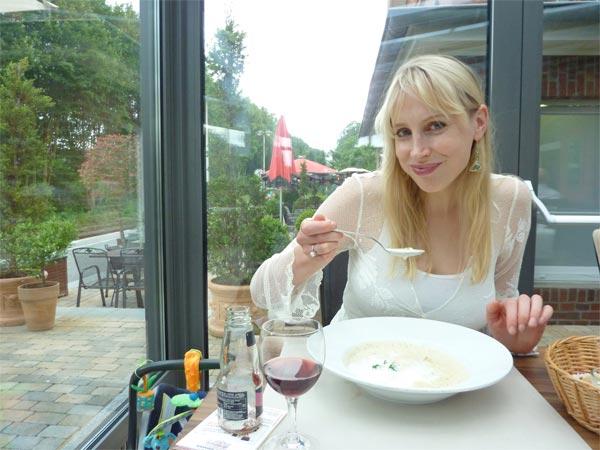 Bahnhof Reken - Elischeba genießt die Suppe