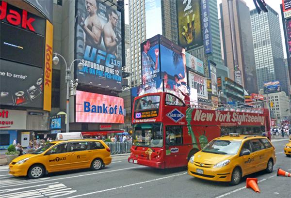 Taxen und Bus am Times Square