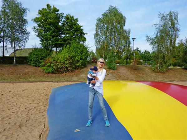 Elischeba mit Leon auf dem Air-Trampolin