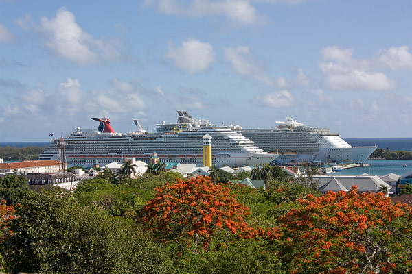 carnival-dream_oasis-of-the-seas_nassau-bahamas_8193_franz-neumeier