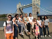 Tower Bridge und Schueler