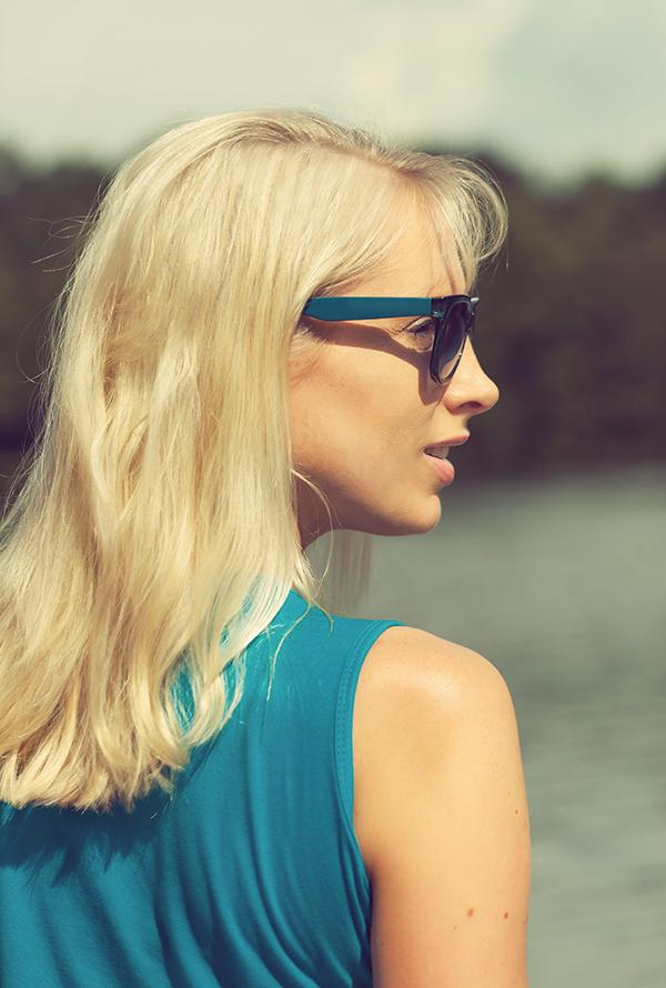 blonde frau mit sonnenbrille