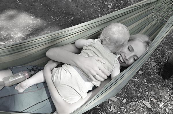 Elischeba mit Kleinkind in der Hängematte
